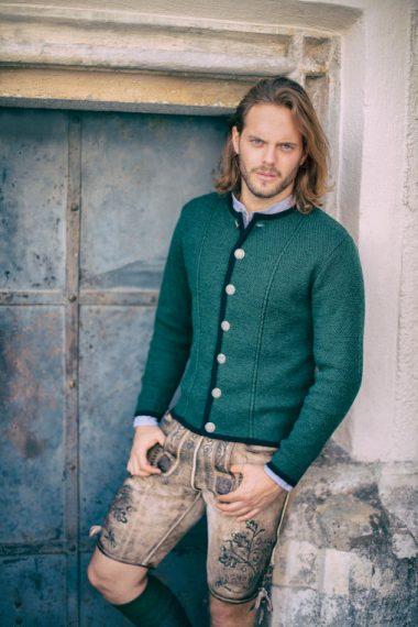 Traditionelle Jacke mit Zopfmuster vorne bei Huber Mode & Tracht