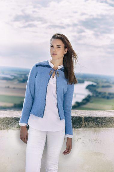 Aufwendig gearbeitete Jacke wird vorne am Ausschnitt mit einem Häckchen verschlossen bei Huber Mode & Tracht
