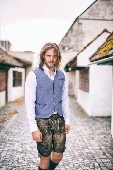 Trendige Weste mit V-Ausschnitt und Hirschhornknöpfen bei Huber Mode & Tracht