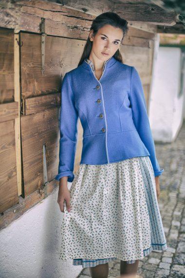 Schöne feminine Walkjacke mit liebevollen Details bei Huber Mode & Tracht aus einem anderen Blickwinkel
