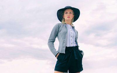 Aufwendig gearbeitete Jacke mit verschiedenen Strickmustern bei Huber Mode & Tracht